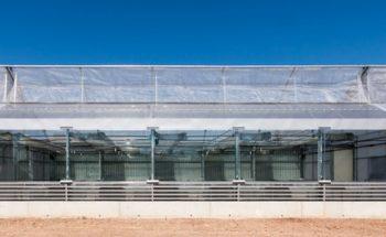 Imagen exterior fachada este. Los vidrios utilizados provienen de la Facultad de Psicología,donde fueron retirados durante las obras de rehabilitación