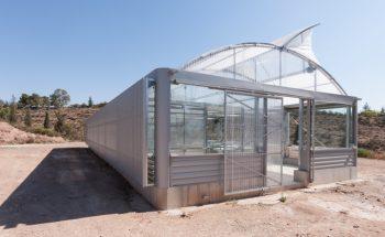 Imagen exterior suroeste donde se aprecia la piel de chapa de aluminio microperforada que protege la radiación solar de poniente