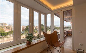 El mirador es uno de los espacios pecualires de esta vivienda. Es una pequeña pieza de cristal que vuela medio metro por la fachada norte de cada piso. En la nueva distribución hemos aprovechado esta pieza como rincón de lectura conectado al salón