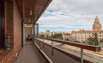 Balcón con vistas a la catedral, conectado con el mirador mediante una puerta con apertura tipo libro que en días de buen tiempo hace que balcón y mirador sean un mismo espacio