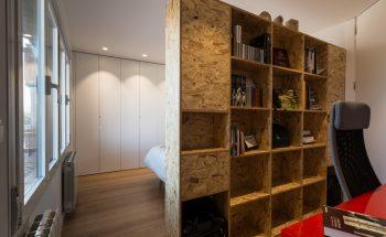 Mueble de madera separando el estudio del dormitorio principal