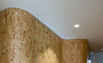 """Detalle de encuentro de la envolvente de madera del """"tronco"""" con el techo"""